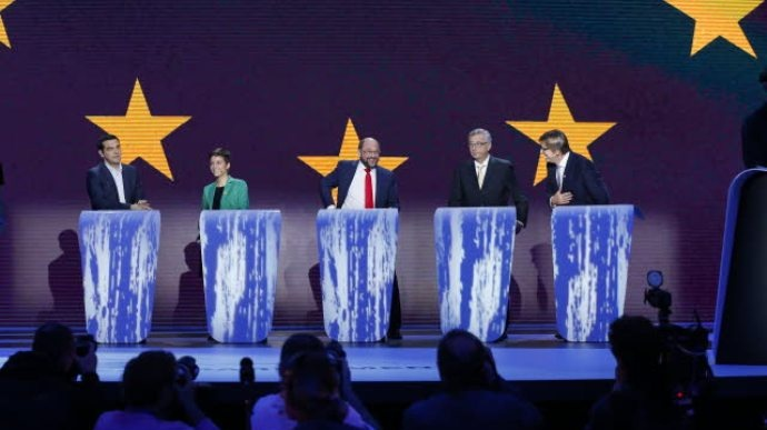 Les cinq candidats à la présidnce de la Commission européenne lors du débat de campagne retransmis le 15 mai 2014 : Alexis Tsipras (Parti de gauche), Ska Keller (Les verts), Martin Schulz (Parti socialiste européen), Jean-Claude Juncker (Parti populaire européen) et Guy Verhofstadt (Alliance des libéraux et des démocrates).