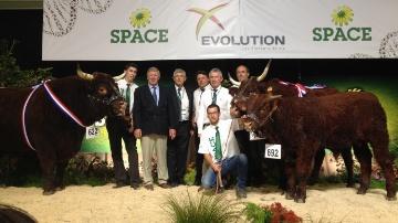 Les champions Salers du Space avec le juge anglais Peter Donger.