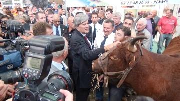 Stéphane Le Foll, ministre de l'Agriculture dans le Hall 1 du Space. Il ne pouvait pas rentrer sur Paris sans rencontrer les éleveurs venus présenter leurs animaux.
