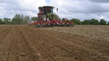 Bien pr�parer le sol favorise une lev�e rapide et homog�ne du ma�s