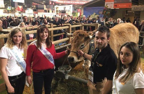 Les miss agri et mister agri avec la vache Haute au salon de l'agriculture 2018 à Paris