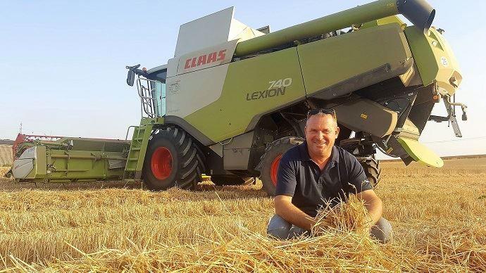 Thierry Fertel ne broie plus aucun brin de paille. Une fois ses 140ha moissonnés, des éleveurs viennent presser la paille et l'échangent contre du fumier.