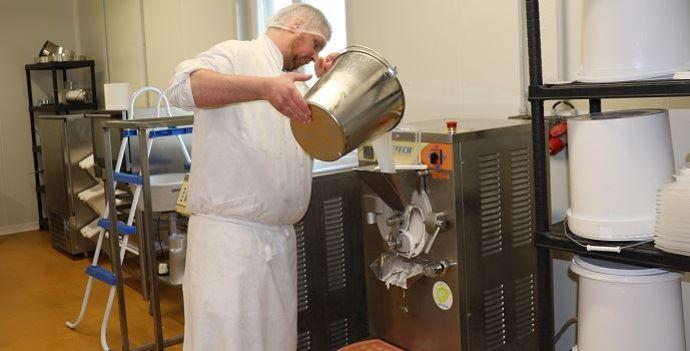 Préparation de la glace dans l'atelier de transformation