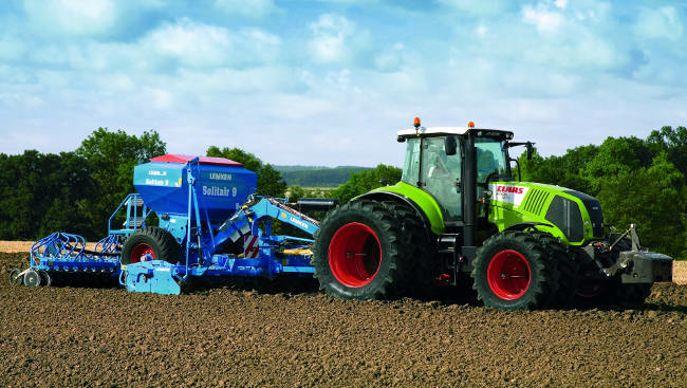 tracteur Claas attelé à un semoir Lemken Solitair