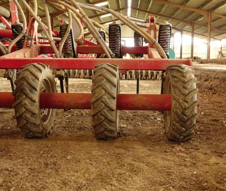 Le rouleau du Terrano Evo, formé de roues espacées de 60 cm, rappuie le sol uniquement sur le travail de la dent dotée de tubes de descente pour le semis du couvert.