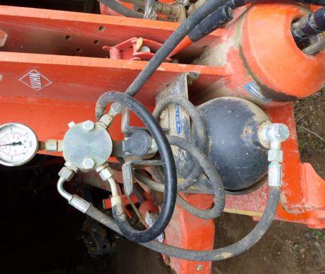À vérifier également, la valeur indiquée par le manomètre hydraulique installé sur la tête de la charrue pour tarer les sécurités.