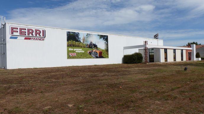 Les locaux de Ferri France, à Rabastens (Tarn), ouverts en 2003, 1 800 m2 sur un terrain de 20 000 m2 avec l'administratif, l'atelier, le montage des machines, les bancs d'essai, les pièces détachées.