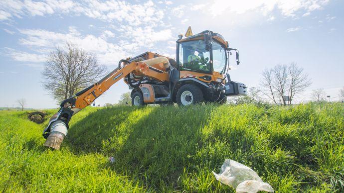 Les déchets sont maintenant récupérables mécaniquement y compris dans les fossés grâce au bras.