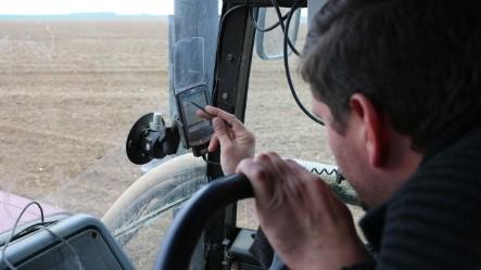 Xavier Petit utilise les cartes réalisées pour ajuster sa fertilisation comme support pour moduler au semis.