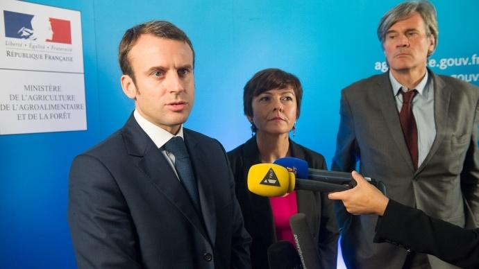 Emmanuel Macron, ministre de l'Economie, Carole Delga, secrétaire d'Etat chargée du Commerce, et le ministre de l'Agriculture Stéphane Le Foll à l'issue de la table ronde sur les relations commerciales.