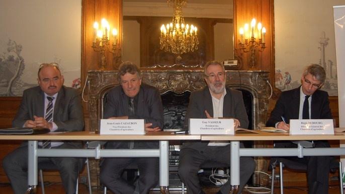 Au siège de l'Apca, Guy Vasseur entouré par deux vice-présidents et son directeur Régis Dubourg.