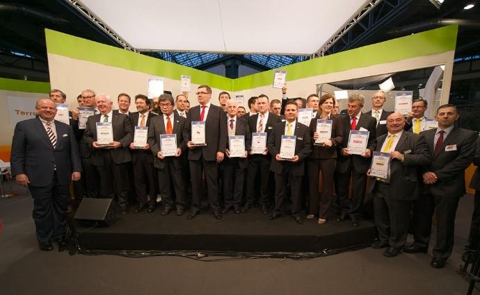 Sur le plateau, tous les responsables des marques des produits récompensées lors de la cérémonie de Machine de l'Année 2015.