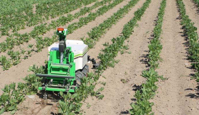 Un mode suivi de personne / traction : L'engin peut transporter des charges et tracter une remorque, pour assister à la récolte ou toute autre tâche pénible.