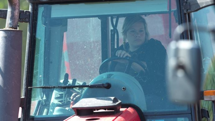Agricultrice dans son tracteur