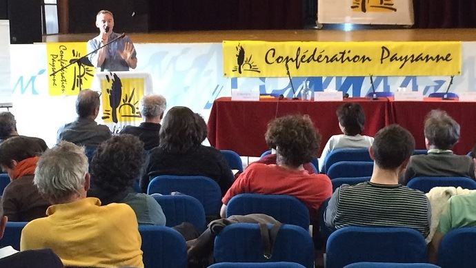 Laurent Pinatel, à la tribune de la 29e assemblée générale de la Confédération paysanne, à Montreuil.