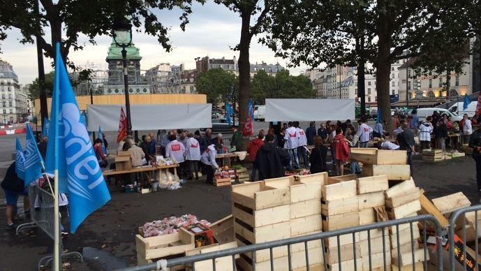 Des agriculteurs du Modef venus du Lot-et-Garonne, ont vendu en deux heures, 55 tonnes de fruits et légumes