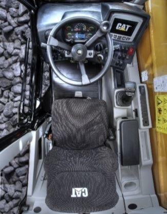 Intérieur de la cabine d'un TH306D avec moniteur et joystsick