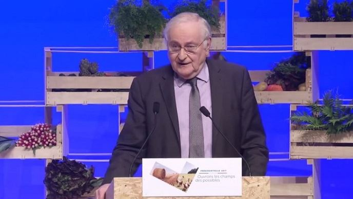 Jacques Cheminade, lors de la présentation de son programme agricole devant les agriculteurs de la FNSEA et les représentants d'organisations agricoles, le 30 mars à Brest.