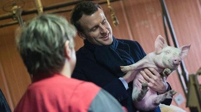 Emmanuel Macron, lors d'une visite d'exploitation agricole lors de sa campagne présidentielle.