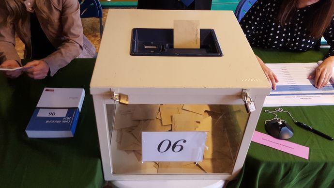 Urne dans le bureau de vote