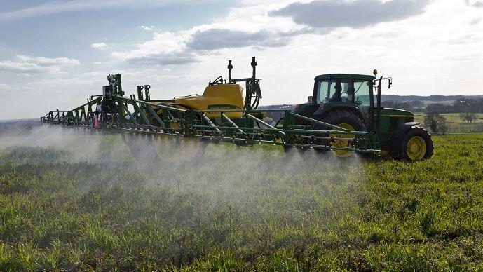 Alors que la Commission européenne propose un renouvellement du glyphosate pour 10 ans, la France cherche  obtenir un compromis pour un renouvellement de 5 à 7 ans seulement.