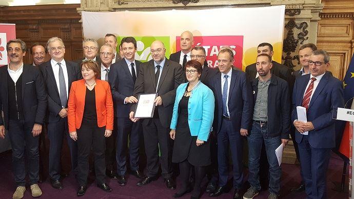 Autour de Stéphane Travert et Benjamin Griveaux, les 18 signataires de la charte d'engagement pour une équitable répartition de la valeur, réunis au ministère de l'agriculture le 14 novembre 2017.