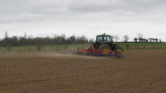 Tracteur au champ