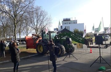 Des producteurs laitiers rassemblés devant l'usine de Craon