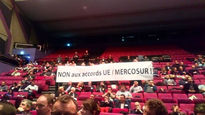 Au congrès 2018 de la FNB à Evreux, des éleveurs de la région Pays-de-la-Loire ont brandi une banderole devant le ministre de l'agriculture venu prononcé son discours et échanger avec eux.