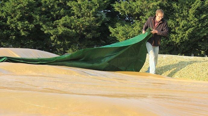 La protection des ensilages par Velitex grâce à un film, un filet et des boudins de lestage