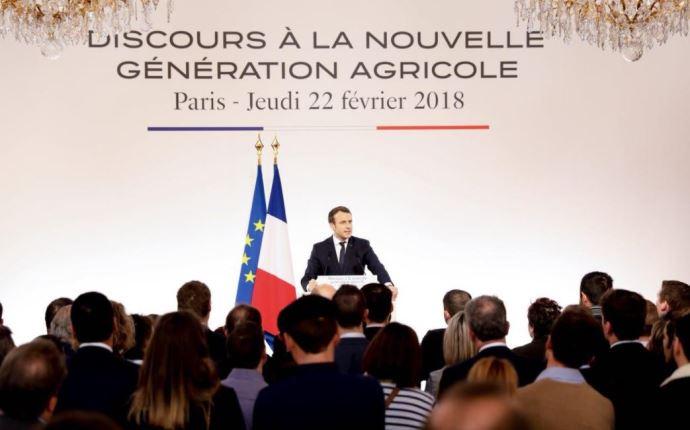 Emmanuel Macron face aux jeunes agriculteurs.