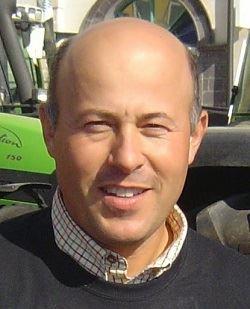 Emmanuel Ferrand est agriculteur à St Pourçain sur Sioule, maire adjoint de ma commune,Vice-président de la communauté de communes, Conseiller Régional et Vice-président du SIVOM eau et assainissement du Val d'Allier.