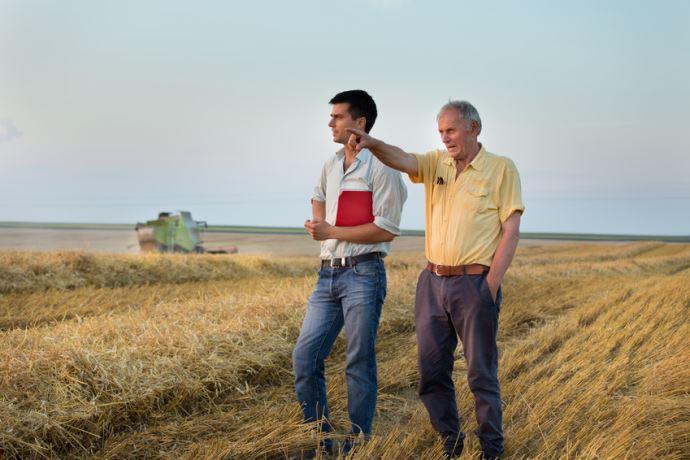agriculteurs dans un champ