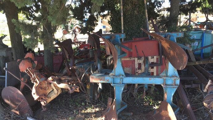 Le plus souvent c'est sous une haie d'arbre que ces vieux matériels sont stockés