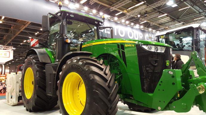 De plus en plus de tracteurs sont utilisés dans les travaux publics comme ce John Deere 8345 R.