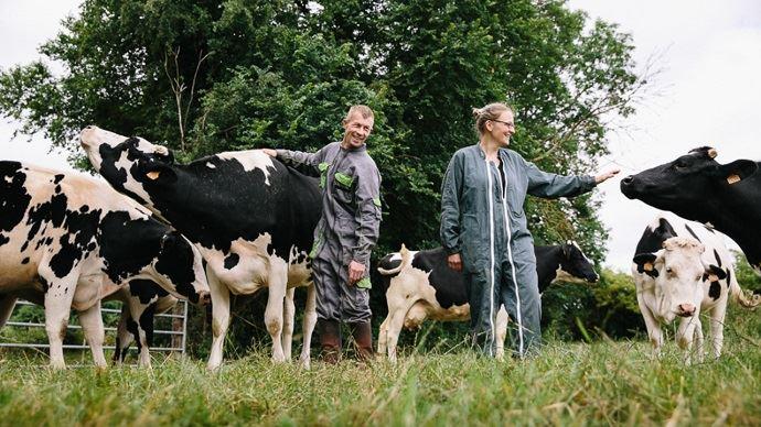 Anne-Sophie Ansel et Yann Profichet, sur leur exploitation laitière de Lingèvres dans le Calvados.