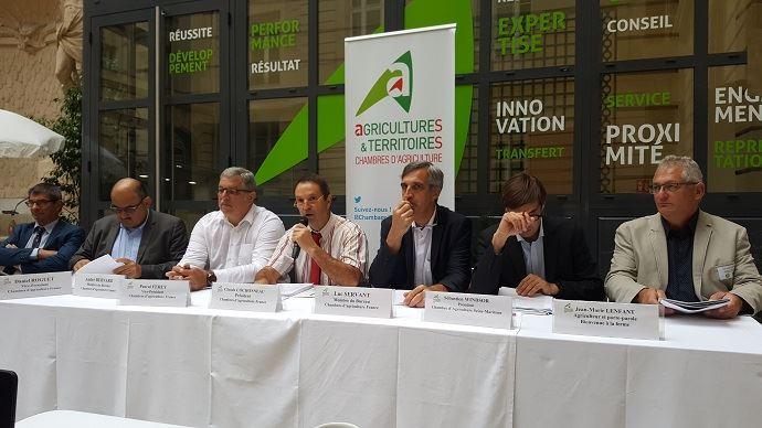 Claude Cochonneau, président de l'APCA, entouré des membres du bureau de l'APCA et de Jean-Marie Lenfant, président de Bienvenue à la ferme.