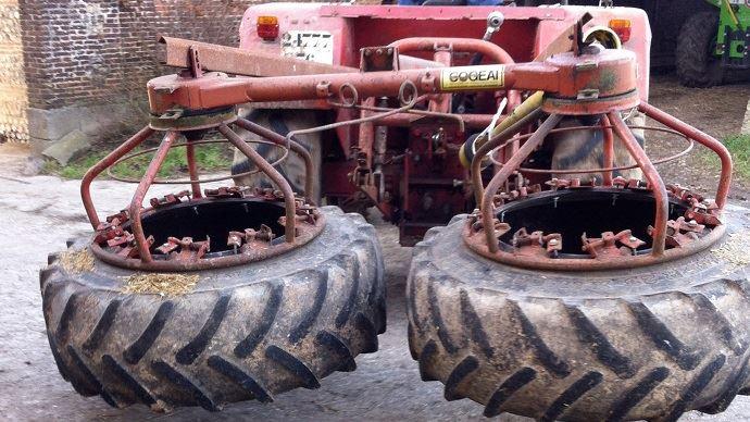 Pour des auges en face à face, l'éleveur a installé deux roues derrière son valet de ferme qui repoussent en simultanée les deux tables d'alimentation.