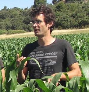 Guillaume Joubert, céréalier dans le Haut-Var, exploite 113ha de maïs, soja, blé, féveroles, pois chiches et d'autres cultures, ainsi que 2ha en maraîchage bio.