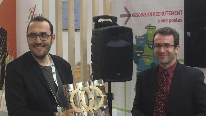 Pierre Prim (à droite), le président du Sedima remet le trophée de Sedimaster 2018 à Roland Lenain