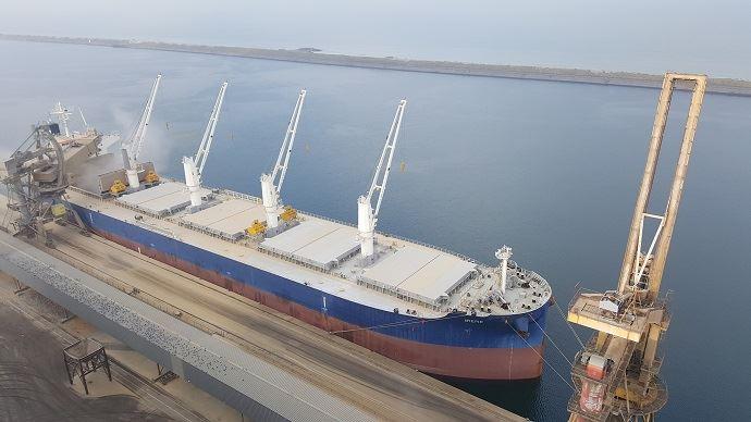 A l'inverse de la France (ici le port de Dunkerque), les accès aux sites portuaires argentins sont difficiles. 10% des routes seulement sont bitumées.