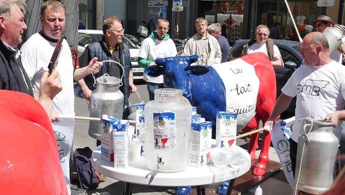 Mardi 14 mai 2019, quelques éleveurs de l'Apli manifestaient rue de Varenne à Paris, à deux pas du ministère de l'Agriculture, pour réclamer une juste rémunération des éleveurs laitiers et l'application de la loi Alimentation.