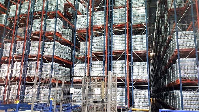 Le lait est stocké en palettes dans un hangar dédié avant d'être rechargé en camions pour être livré chez les clients du groupe.