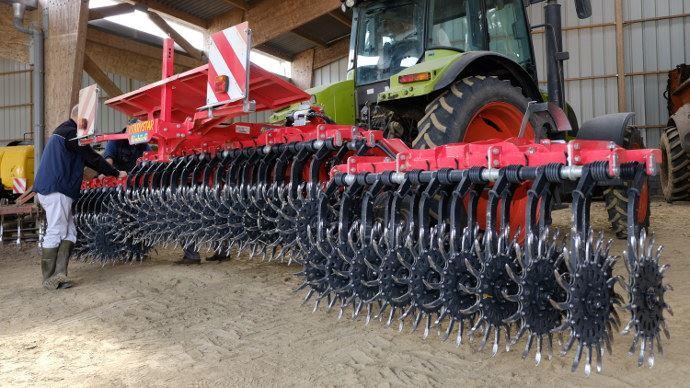 La houe rotative Einböck large de 6,4m acquise par la Cuma de la Riantière. Elle est attelée à un tracteur de 130 chevaux. Le coût pour les adhérents est de 15 euros/ha.