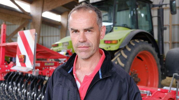 Philippe Sauvé, membre du groupe 30000 «Désherbage mécanique» de la Cuma: «en semis direct, la houe rotative n'a pas d'effet râteau avec les débris végétaux comme la herse étrille.»