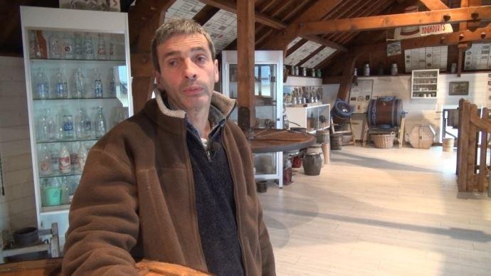 André Lefranc, éleveur à Vains, dans la Manche, sur son exploitation laitière.