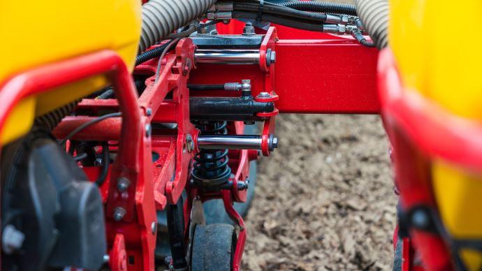 Les jalons sont créés en réglant hydrauliquement l'emplacement des éléments à quatre rangées sur le châssis du semoir.