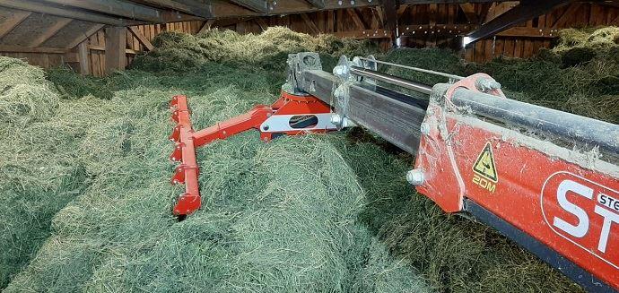 L'éleveur achète 150 tonnes de luzerne sur pied qu'ilsèche en grange.