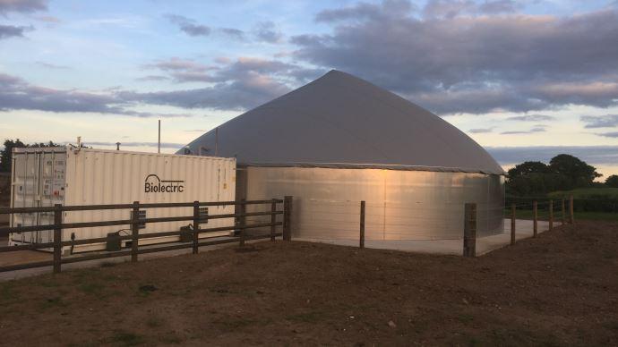 L'unités de micro-méthanisation requiert une place assez limitée: 200 m2 au sol pour un conteneur et un réacteur de 11 à 16 mètres de diamètre.