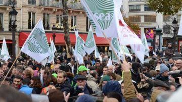 Des centaines d'agriculteurs bloquent le périphérique parisien